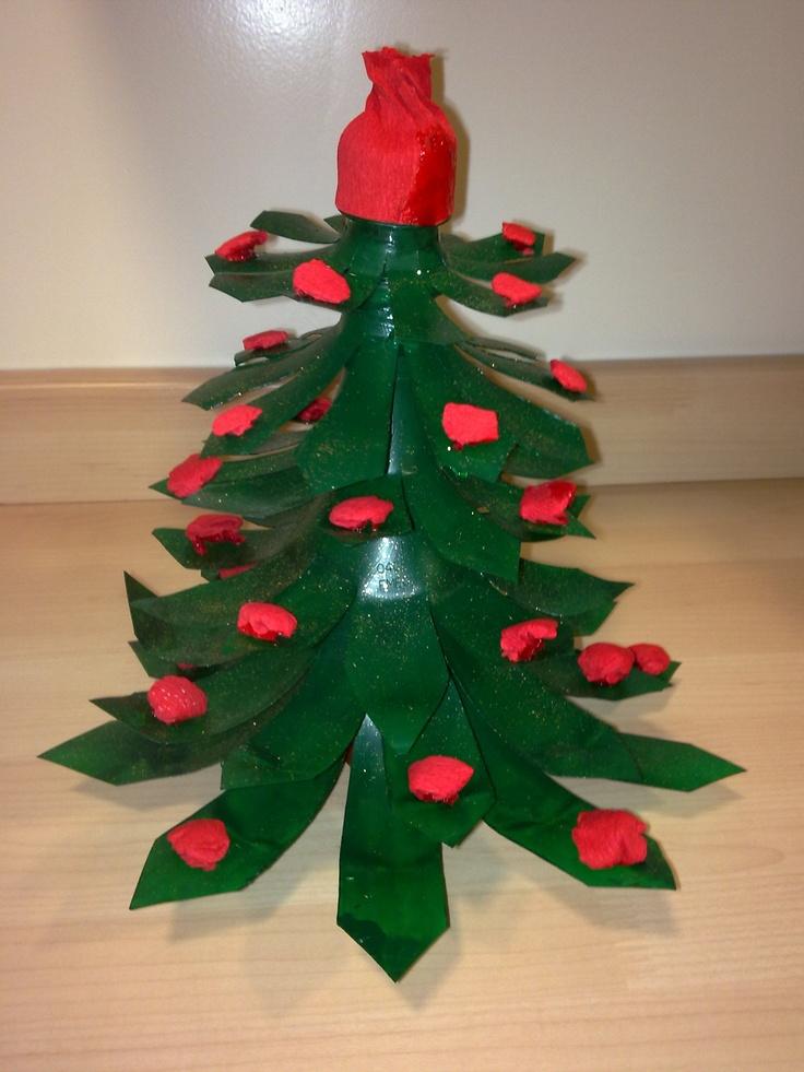 Un rbol de navidad con botellas de coca cola reciclaje - Arboles de navidad manualidades navidenas ...