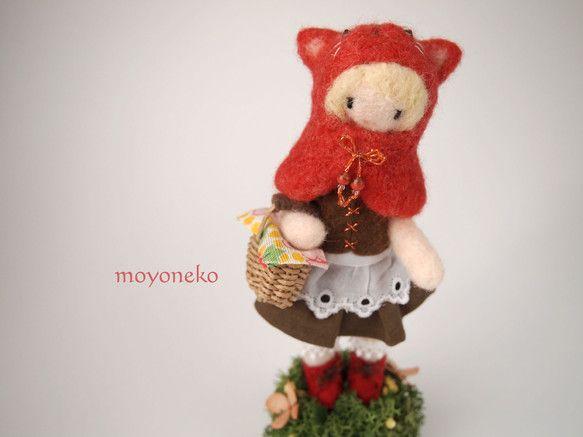 羊毛フェルトで童話の赤ずきんをモチーフに制作したお人形です。赤い猫のずきんをかぶっています。ショートブーツは赤でずきんとお揃いです。茶色のベストとスカートに白...|ハンドメイド、手作り、手仕事品の通販・販売・購入ならCreema。