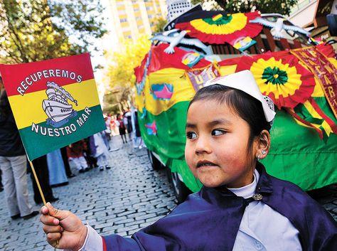 Una niña del Macario Pinilla muestra la bandera con el anhelo de los bolivianos: recuperar el Litoral. Los profesores del kínder les enseñaron que Bolivia nació  con salida al mar.