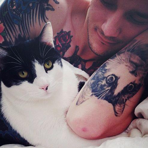 http://www.dusk-tv.com http://www.dusktv.nl Tattoo me with love! Real men love animals!