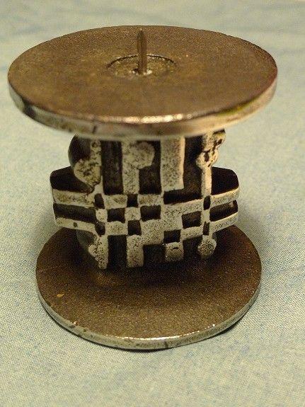 Beskrivelse  Lysestake i rustfritt stål, 8x7,5 cm. Vekt: 0,85 kg. Formgitt av Olav Joa -  Norway Design. Produsert ved Polaris, Sandnes, 70-tallet. Uten skader. Utrop: 750,-