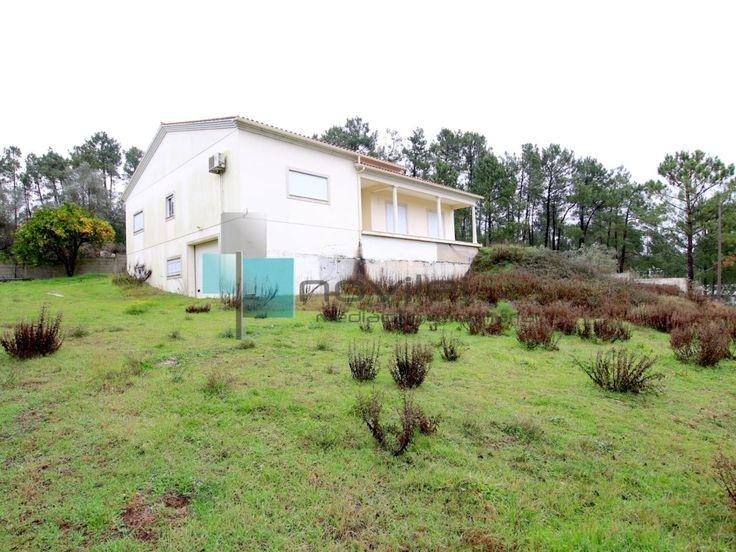 Moradia Isolada T3 semi-nova, com grande logradouro e 1968m2 de terreno com poço  #moradia #casa #t3 #imoveis #imobiliaira #house #novilei #leiria