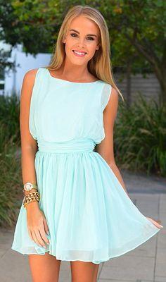 robe de soiree bleu marine, femme blonde élégante