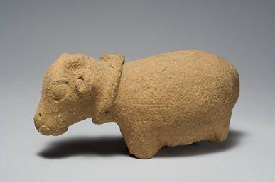 Najstarsze zabawki odnalezione w Egipcie pochodzą z okresu predynastycznego, czyli sprzed ponad 3100 lat p.n.e. Były to m.in. wystrugane z drewna łódeczki i wypalone glinianie figurki zwierząt. W starożytnym Egipcie dzieci bawiły się już lalkami z włosami, ruchomymi kończynami, które były wykonane z kamienia, ceramiki bądź drewna.