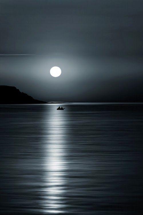 C'est la pleine lune... c'est magnifique et intriguant tout a la fois... créant un décor mystėrieux, digne des plus belles aventures. ♡ Bisou, Josie x
