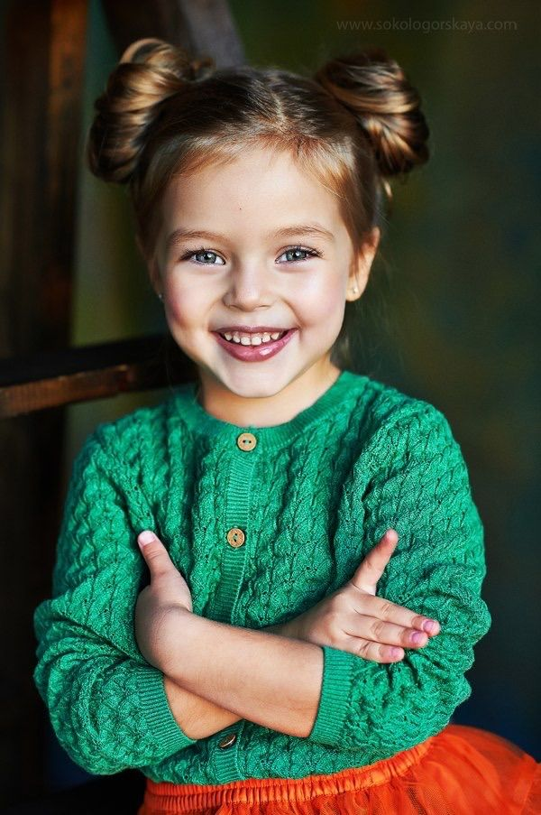 My goodness that girl is sooo cute!!! Love the hair and the cardi!! I'm so sad I don't speak any russian!!!