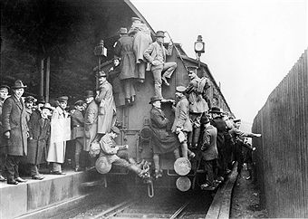 Crowded trains Overcrowded trains in Berlin due to a strike of railway employees during the Spartacist uprising - 1919