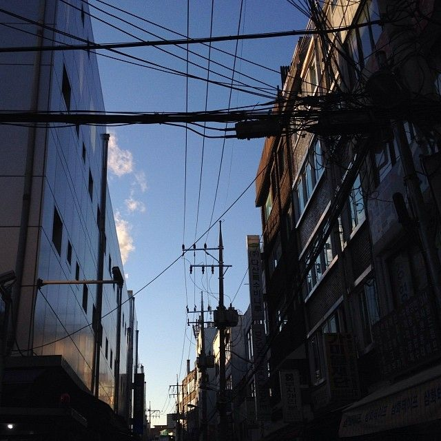 qunoo / #sky #city #urban #Seoul #Seoul_Korean #afternoon #igaddict #igdaily #instacool #instagood #instalove #instamood #instagrammer #instagramhub #bestagram #bestoftheday #picoftheday #photooftheday #all_shot #instagramers #insta_mazing #igers #iphoneonly #freedomthinkers #vintageseoul / #골목 #거리 #설비 #하늘 / 2014 01 13 /