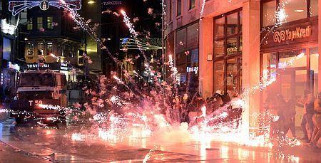 14日、イスタンブールで衝突する、炭鉱事故に抗議するデモ隊と、トルコの警官隊(EPA=時事) ▼15May2014時事通信|炭鉱事故、死者282人に=政府批判強める労組・野党-トルコ http://www.jiji.com/jc/c?g=int_30&k=2014051500905 #Soma #Manisa_Province #Manisa_ili #mining_disaster #madencilik_felaket #desastre_minero #Grubenunglueck #catastrophe_miniere #Istanbul #Demonstration #street_protest