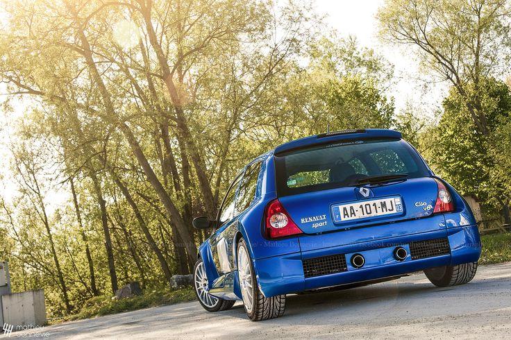 Renault Clio V6.   by Mathieu Bonnevie