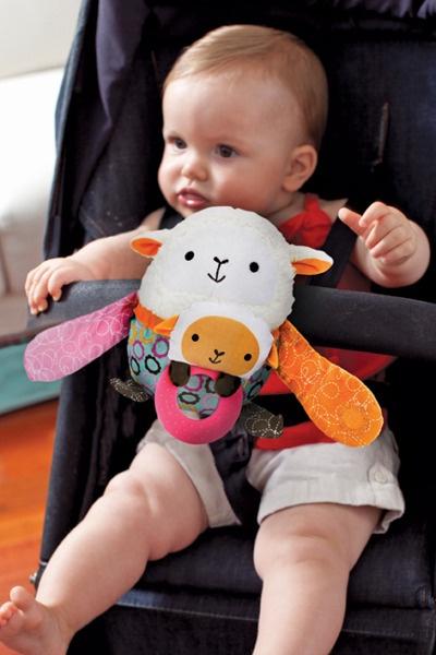 Zabawka do wózka, fotelika Hug & Hide Owieczka, SkipHop. więcej na http://www.sklep.osesek.pl