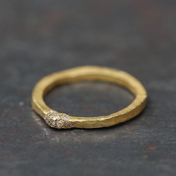 Alliance sertie de diamants or mat 18K Esther Assouline, création joaillerie artisanale made in Paris chez l'Atelier des Bijoux Créateurs, e-galerie.