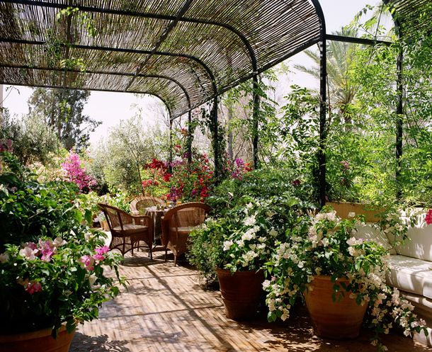 A cozy garden at Marella Agnelli in Marrakech. In this lush garden dizzy not only from the sun, as the smell of flowers. Breakfast or lunch amid lush vegetation - a pleasure. And if after a meal you feel sleepy, you can lie down on a small sofa, which stands in the corner near the tubs.