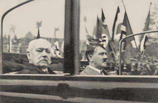 Eine folgenreiche Beziehung:  Paul von Hindenburg und Adolf Hitler auf dem Weg zur  Kundgebung am 1. Mai 1933 in Berlin .    Am 21. März hatte  Hindenburg in seiner Funktion als Reichspräsident Hitler zum Reichskanzler ernannt. Foto: AKG