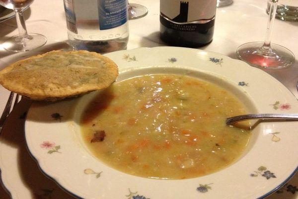 Zuppa d'Orzo - La zuppa d'orzo è un tipico ed antico piatto del Trentino Alto Adige, preparato con orzo perlato, verdure tagliate a piccoli cubetti e carne affumicata.