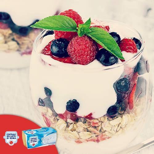 Spuntino con #yogurt bianco dolce della Centrale, #cereali e #fruttidibosco! http://www.centralelattediroma.it/prodotti/yogurt-intero-bianco-dolce/