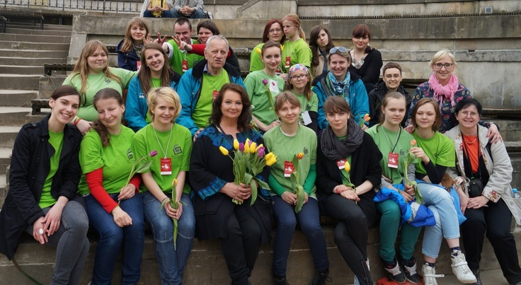 Wolontariusze i Anna Dymna (również wolontariuszka!) po półfinale 9. Festiwalu Zaczarowanej Piosenki w Warszawie