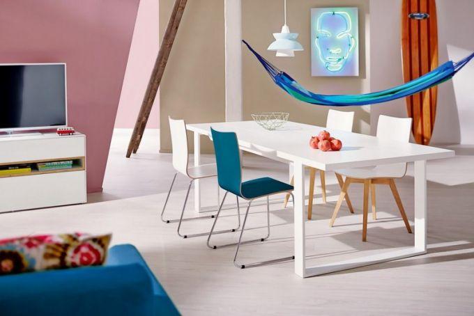 Z modelové řady Now! by Hülsta je stůl ET17 v bílém laku, 180 x 100 cm, cena 25 032 Kč, židle S20-2 s kovovým podnožím, cena 4 452 Kč, židle S20-3 s dřevěným podnožím, cena 5 348 Kč, vše Hülsta, www.homestyle.cz