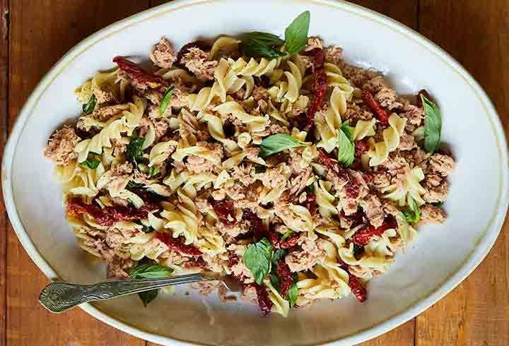 Esta receta de ensalada de atún con pasta toscana es una deliciosa y diferente opción para comer sano y mantener una buena figura.