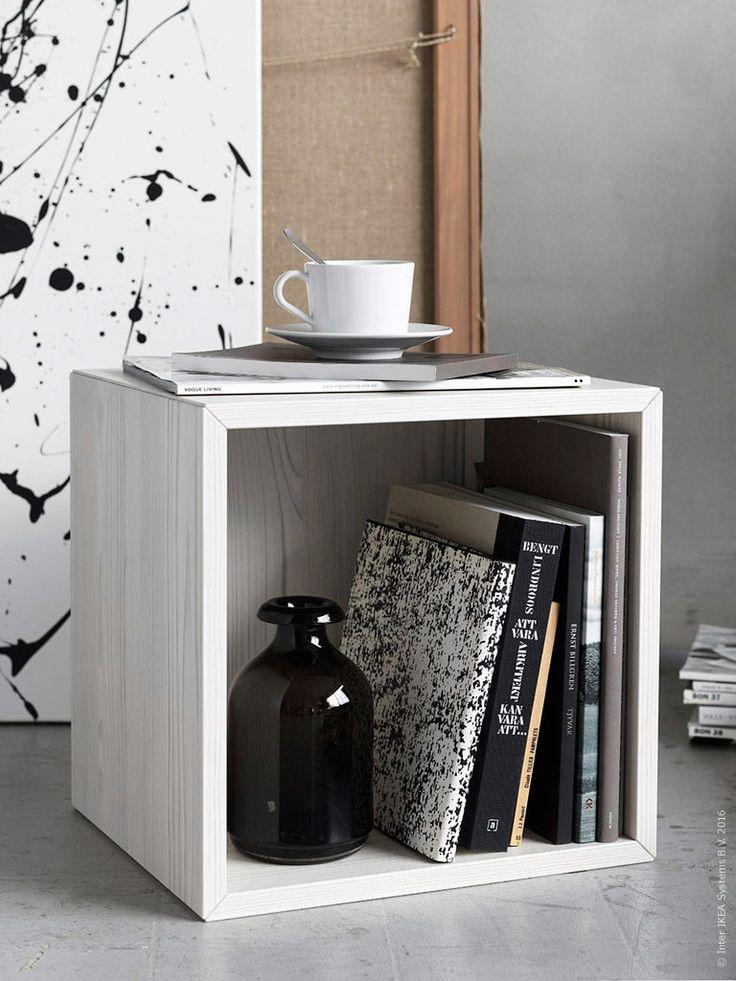 Ett tips är att använda VALJE väggskåp, som en inramning för pågående läsprojekt och senaste magasinen, ÅTGÅNG vas, IKEA 365+ kopp med fat.