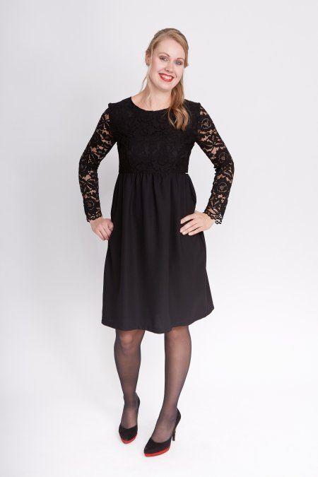 Deze zwarte jurk met imitatie-kant in het lijfje en mouwen oogt erg chique. Door de kleur en het model (hoge taille), kleedt het jurkje mooi af.
