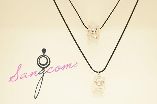 Herm★★ st 큐빅 목걸이 H를 형상한 실버 색상의 바디에 아름다운 큐빅이 그 안에 들어있는 가벼우면서도 고급스러운 디자인의 목걸이입니다. 둘레가 다른 두 개의 목걸이가 따로 구성되어 있습니다. #상콤#sangcom#목걸이#necklace#명품스타일