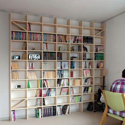 壁面を床から天井まで最大限に活用できるシンプルで丈夫な壁一面の本棚。背板のないすっきりとした木製オープンシェルフです。天井や梁に合わせて本棚の高さを調整できるので、まるで造作家具のようなお部屋にピッタリのおしゃれな壁面書棚が実現します。