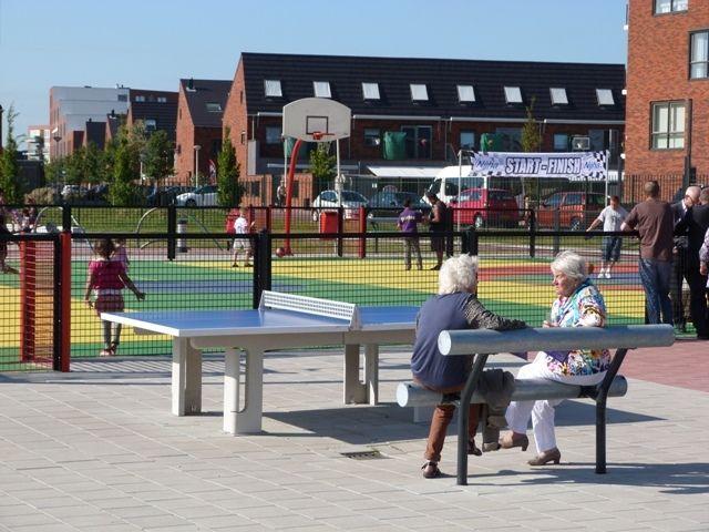In een wijk is vaak een ontmoetingsplek ontworpen door een social designer.