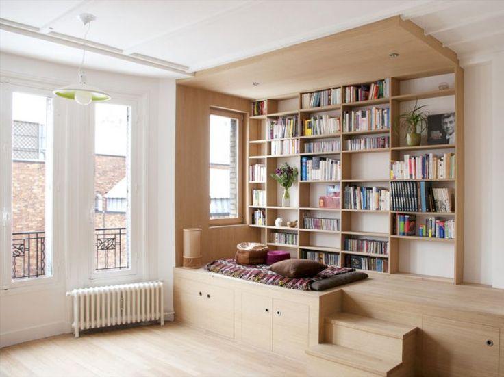 Aménagement d'une alcove en bois : surélévation pour se mettre au niveau de la fenêtre et créer un cocon
