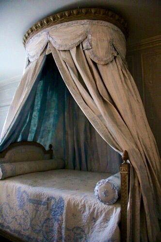 LES LIAISONS DE MARIE ANTOINETTE | Bed within the bathroom of Marie Antoinette in Versailles | Françoise Guerrier, Mon Versailles