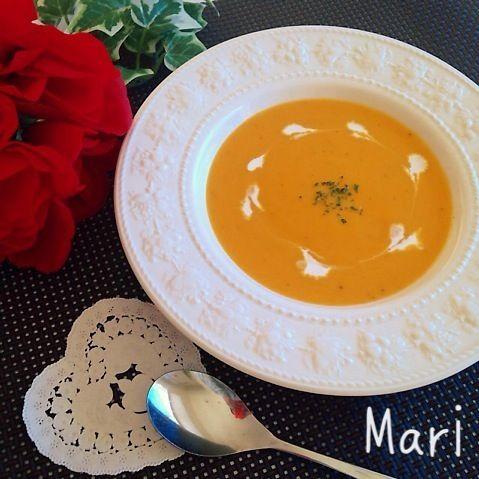 おはようございます  娘も「めっちゃ美味しい〜!」と言ってくれるスープです  生クリームは使っていません✨ 玉ねぎをバターでじっくり炒めて旨味を引き出し、このコク それでいて後味スッキリ!  味付けは塩、胡椒のみです♪ コンソメや特別なものを入れなくても素材の味を存分に味わえて美味しい〜 シンプルで体想いなかぼちゃスープです  ***************  アメブロ「Mari ごはん エトセトラ」 遊びに来て下さいね〜 http://ameblo.jp/m-a-r-ichan/  *************** - 219件のもぐもぐ - 【体想い&美味しい】濃厚さっぱり✨かぼちゃスープ by marigappa
