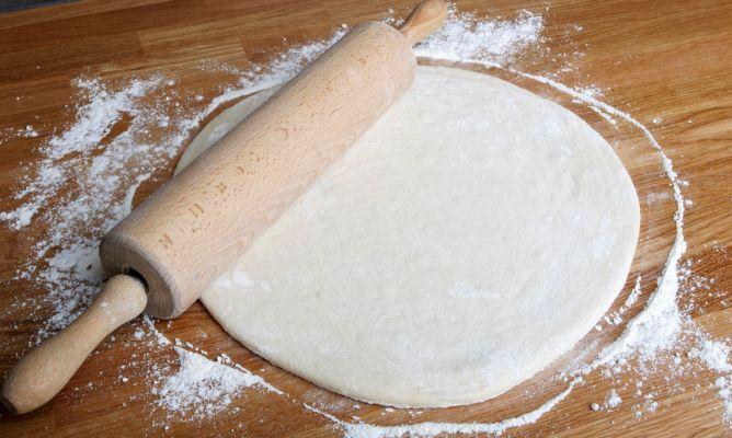 I 2 pizzas grandes:200 gr de harina,100 ml de agua (tibia),5 gr de levadura seca de panadería 1 cucharadita de azúcar moreno,1 cucharadita de aceite ,sal.Harina + la levadura de panadería y el azúcar+ pizca de sal y el agua templada. Mezcla todo poco a poco hasta obtener una masa+una cucharadita de aceite  y amasa 10´. Tápala  y a reposar 1 h en un lugar cálido.Estírala  y coloca la masa sobre una bandeja de horno untada con aceite.+ los ingredientes y hornea la  precalentado a 220ºC 12´