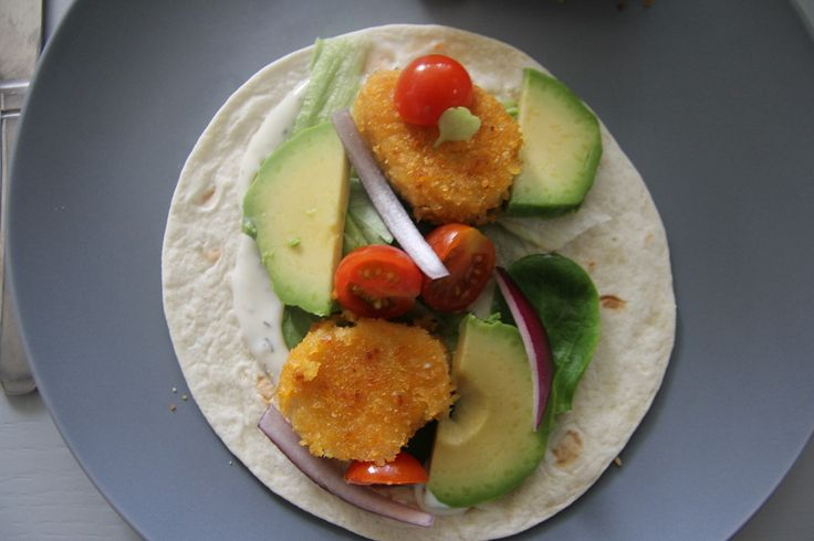 Wraps met vegan kipnuggets, avocado, tomaat, sla, rode ui en een sausje op basis van sojayoghurt.