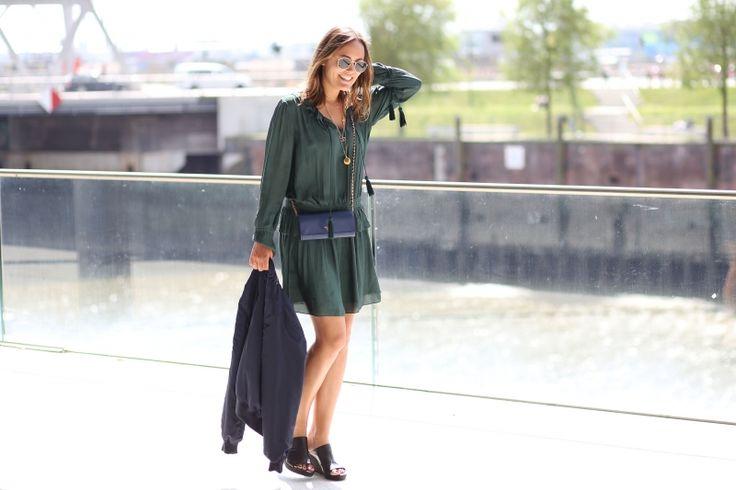 SUMMERLOOK – GREEN DRESS AND BOMBERJACKET More on: http://designdschungel.blogwalk.de/summerlook-green-dress-and-bomberjacket.html #streetstyle #summerlook #greendress #bomberjacket #designdschungel