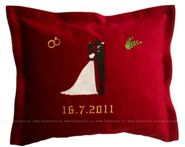 Svatební polštářek - dárek pro snoubence s datem svatby.  Hodí se drahé polovičce, která zapomíná na výročí :)