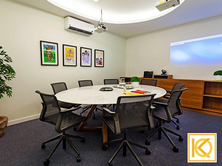 No escritório foram criadas salas de vídeo conferência, reuniões, atendimento e sala de treinamento/ auditório com mobiliário especial onde cada uma delas recebeu quadros de campanhas de marketing de várias épocas diferentes. #ProjetodeArquitetura #Arquitetura #Decor #Corporativo #IndustriaMococa #KarlaOliveira #StudioKarlaOliveira