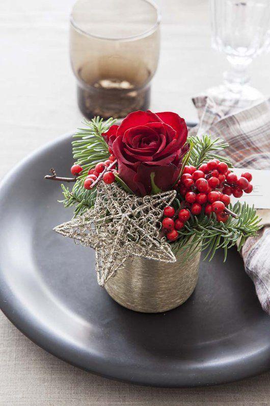 Fin kuvertpynt med rose, ilexbær, grønt og dekorativ stjerne.