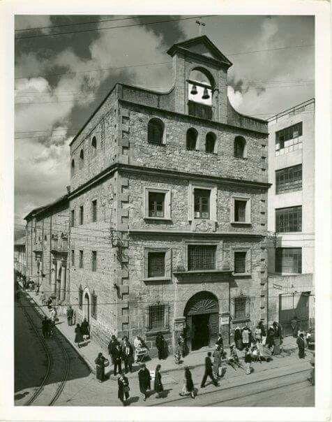 Iglesia Santa ines antes de 1955 demolida para dar paso a la carrera 10 alli estaba enterrado Jose Celestino Mutis . Gran parte de su mobiliario fue llevado a la iglesia de san Alfonso en la soledad