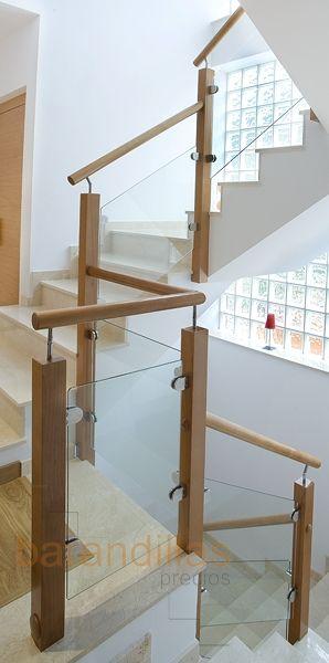Barandilla de madera y cristal. Montantes de 70x70, pasamano redondo de Ø50, vidrio laminado de 5+5mm y sujeción en pinza.  http://www.barandillasprecios.com/barandillas/barandillas-interiores/cristal2012-10-01-20-53-40/cristal-vi10-detail