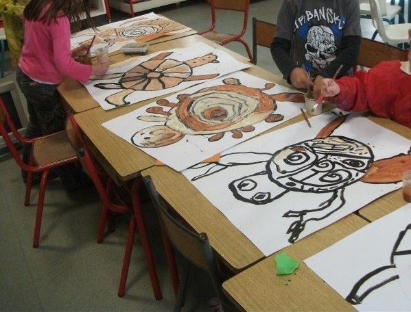 Chaque enfant dessine sa tortue et reproduit son modèle sur une grande feuille. Nous préparons des couleurs avec de l'argile, du café, du chocolat en poudre, de la terre...