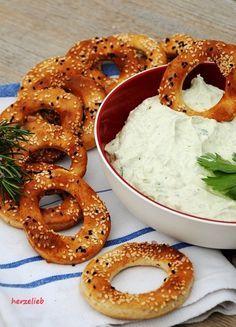Knäckebrotkringel nach diesem Rezept sind ein lecker zum Grillen. // http://herzelieb.de