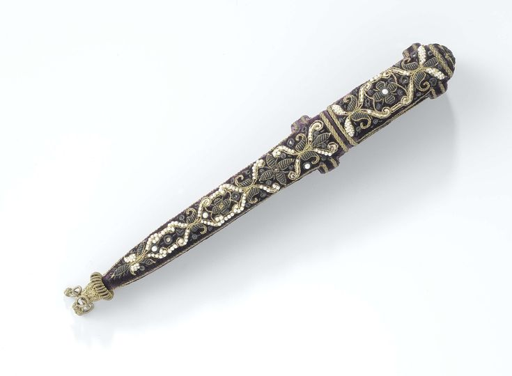 c. 1600 - 25 samet višito zlatou astříbrnou nitía říční perli. 22cm × w 2.5cm × h 3.4cm