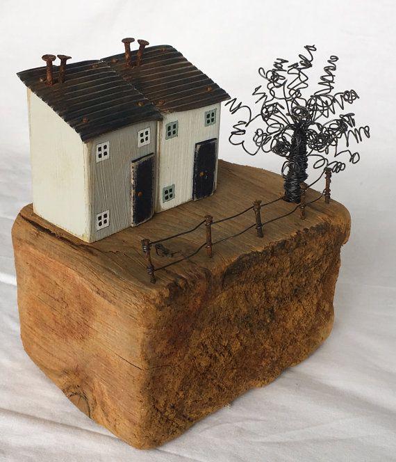 Scène de maisons de bois flotté fabriqué à partir de bois flotté et recyclé bois intégrant art du fil qui en fait un fabuleux cadeau unique ou un nouveau cadeau de la maison. Les maisons sont fabriqués à partir de bois récupéré et sont peints dans la peinture de craie marque avec windows peint à la main et une portes petit mignon sont fixées séparément. Les toits sont plaque d'étain qui a été embossé et brûlé pour créer des couleurs arc en ciel merveilleux au cours du processus de platinage…