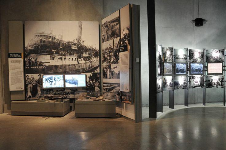 """Яд Вашем. Музей истории Холокоста. Галерея 9 - """"Возвращение к жизни"""". """"Освобожденные, но не свободные"""", - так определяли состояние, в котором оказались пережившие Холокост. Девятая галерея полностью посвящена шеерит ха-плета. Пережившие Шоа, они оказались в мире, разорванном на две части: память о происшедшем и надежда на будущее, борьба за возвращение к жизни и стремление вперед."""