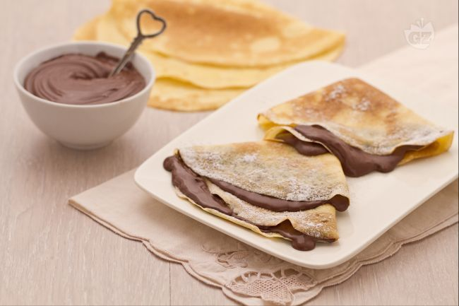La crepe alla Nutella è una golosa tentazione da gustare durante una pausa, per la merenda, per dessert o come spuntino.