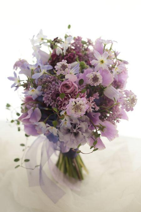 紫のクラッチブーケ ひともとゆえに : 一会 ウエディングの花