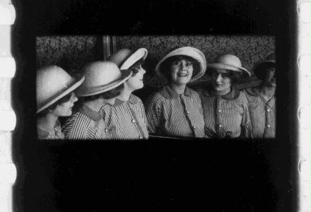 Film: Toffe Jongens onder de mobilisatie (1914) - regisseur: Jan van Dommelen - Uit de collectie van het Eye Amsterdam filmmuseum - Gekozen omdat: Er wordt in deze film gespeeld met verwarring. De eerste scene begint met dat je zes meisjes ziet, maar eigenlijk zijn het er drie. Ik vind het leuk dat de kijker je in de maling neemt. Zo'n verwarring probeer ik ook in mijn one-minute te laten zien.
