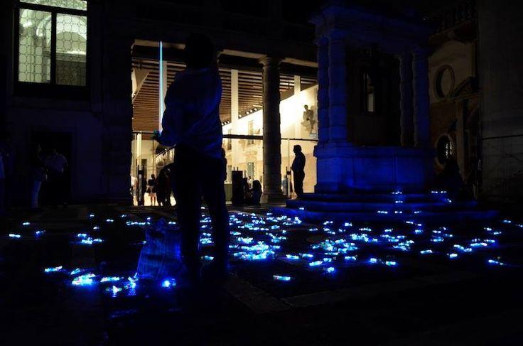 [Saverio Bonato, Turn on the light, 2013-2014, un venditore ambulante, 500 elicotterini luminosi, veduta della performance presso il cortile di Ca' Pesaro durante ArtNight Venezia]