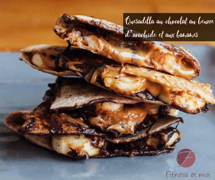Temps total: 15 min.  Temps de préparation: 10 min.  Temps de cuisson: 5 min.  Rendement: 1 portion  Ingrédients:  1 de tortilla de blé entier (6 pouces)  1 c. à soupe beurre d'arachide crémeuxentièrement naturel  ½ grosse banane, tranché finement  1 c. à soupe de chocolat noir (ou mi-sucré) en morceaux  Préparation:  1. Étendre le beurre d'arachide sur la moitié de la tortilla.  2. Ajouter la banane