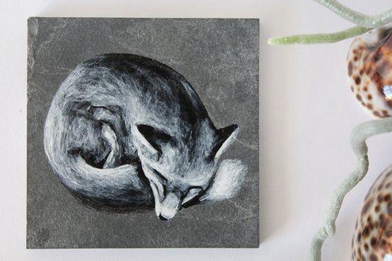 Dies ist ein schwarz / weiß handbemalt Fuchs auf Naturschiefer. Er misst 10 x 10 cm x 1 cm.  Es eignet sich für innerhalb oder außerhalb des Hauses wie es in Emaille bemalt ist und so wetterfest ist.  Es gibt sieben Tiere zur Verfügung, die eine Reihe - ein Dachs Cub, Schmetterling, Käfer, Vögel, Fuchs, Hase und Reh zu machen. Sie können auch eine Hausnummer und/oder Namen auf ein Blatt gemalt, mit einer dieser gehen zu kaufen. Zeige diese andere Produkten, einzeln oder in Sätzen a...